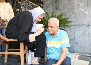 بالصور| محافظ المنوفية يجلس على الأرض ويستمع لمطالب المواطنين