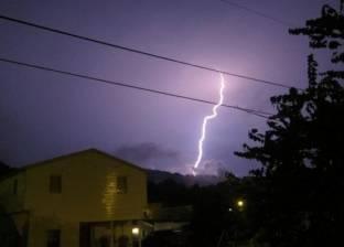 بالفيديو| صاعقة برق تضرب سيدة أثناء محاولتها تصوير عاصفة