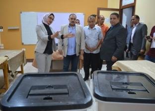 نائب محافظ الوادى الجديد تتفقد تجهيزات اللجان الانتخابية بالخارجة
