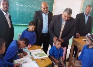 بيحب مدرسته وفصله.. تكريم طفل القدم المكسورة: بيحضر من أول يوم