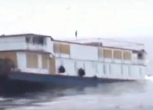 بالفيديو| لحظات غرق سفينة تاريخية أثناء نقلها إلى مالكها الجديد