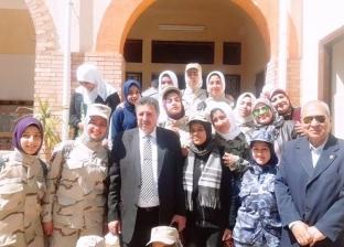 طالبات بالزي العسكري يفتتحن صالونا ثقافيا لتلاميذ المدارس بالإسكندرية