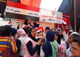"""على نغمات """"بشرة خير"""".. فتيات شبرا يرفعن أعلام مصر أمام لجان التصويت"""