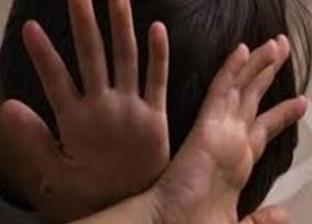 """قطع أجزاء من جسده وضربه بـ""""سيخ حديد"""".. رجل يعذب طفلا بوحشية بالسعودية"""