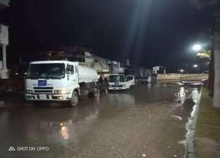 """مياه البحر تمتد لشارع """"بورسعيد"""" برأس البر.. والدفع بسيارة السيول"""