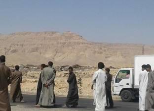 """أهالي قرية الزوايدة يقطعون طريق """"قنا - الأقصر"""" الصحراوي بسبب اختطاف طفل"""