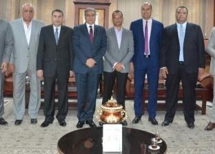 محافظ المنيا يستقبل إدارة النادي الرياضي لتفعيل المشاركة المجتمعية