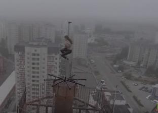 بالفيديو  استعراض يحبس الأنفاس لراقصة روسية على قمة برج شاهق