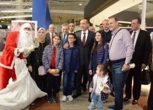 وزير الطيران يوزع شوكولاتة على المسافرين.. ويلتقط صورة مع بابا نويل