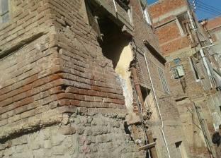 بالصور| انهيار واجهة عقار بقرية السيالة في دمياط