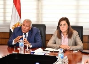 بالصور| وزيرة التخطيط تناقش الفرص التنموية مع محافظ الوادي الجديد
