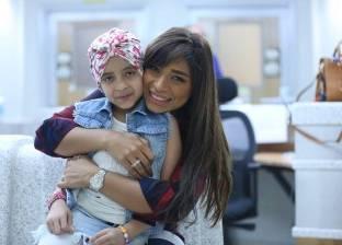 بالصور: لميس سلامة تتجول بالمحافظات بسبب طفلة مصابة بالسرطان