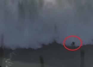 بالفيديو| راكب أمواج يتحدى موجة بارتفاع 20 مترا ويفشل