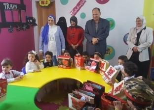 بالصور| محافظ الفيوم يوزع حقائب ولعب وهدايا على أطفال حضانة