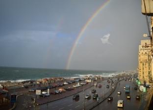 """ظهور """"قوس قزح"""" في سماء الإسكندرية.. والدفع بـ93 سيارة شفط أمطار"""