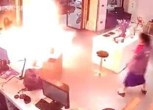 فيديو.. حريق هائل بسبب انفجار بطارية سيارة كهربائية أثناء شحنها