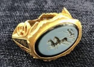 صائد كنوز يعثر على خاتم ذهبي من الحضارة الرومانية عمره 1800 سنة