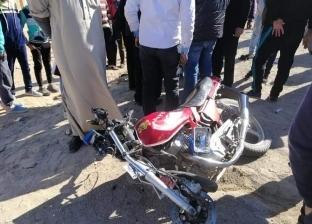 مصرع عامل في حادث تصادم سيارة بدراجة بخارية في الفيوم