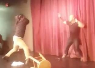 بالفيديو| الهجوم على ممثل كوميدي خلال وقوفه على خشبة المسرح