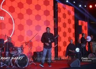 رامي صبري يحيي حفلا غنائيا لإحدى شركات الاتصالات أمام الأهرامات