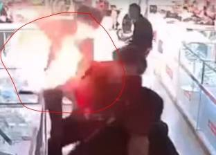 بالفيديو  انفجار بطارية هاتف بوجه رجل أثناء محاولته استبدالها