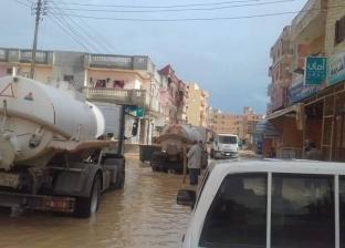 محافظ مطروح يطالب بتكثيف أعمال رفع مياه الأمطار من الشوارع والميادين