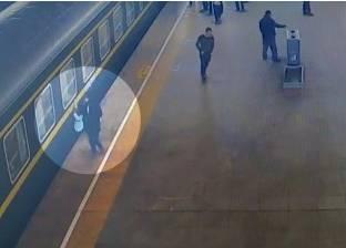 بالفيديو| إنقاذ طفلة سقطت بين مسارات إحدى محطات القطارات بالصين