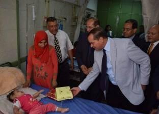 """محافظ سوهاج يقدم """"كحك العيد"""" لأطفال المستشفى الجامعي"""
