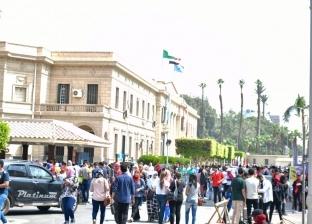 الخشت يشارك الطلاب تزيين أسوار جامعة القاهرة
