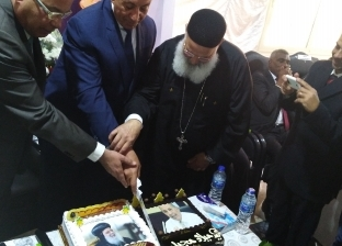 """كنيسة شنودة تحتفل بعيد ميلاد محافظ البحر الأحمر بـ""""تورتة عليها صورته"""""""