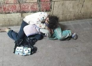 في عز البرد.. «جدة» وأطفالها الـ3 يعيشون فوق كوبري المرج: الحضن بيدفي