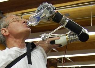 ذراع إلكتروني يلبى طلبات الإنسان عن طريق تنفيذ الأوامر الصادرة من المخ