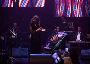 فتاة من ذوي الاحتياجات الخاصة تشارك سميرة سعيد الغناء في المغرب