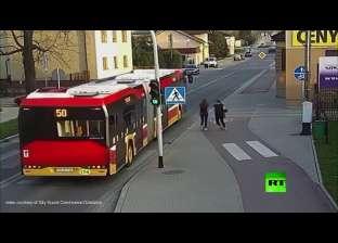 بالفيديو| نجاة بولندية من الموت بأعجوبة بسبب مزحة