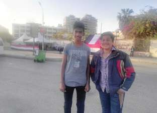محمود وصديقه يوسف يساعدان الناخبين في مدرستهم: مالناش صوت بس لينا دور