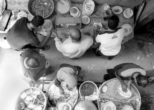 عم «أحمد» يجوب المحافظات لإطعام «المعازيم» ويشكو من «دخلاء المهنة»