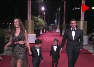 صور.. آسر ياسين يصطحب أولاده في عرض فيلم شارلي شابلن