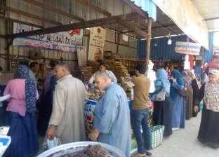 توافد المواطنين على شراء السلع الغذائية من معارض كلنا واحد في الغربية