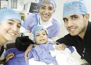 طبيب أسنان يعالج كبار السن والأطفال بالمجان: «حاسس بالناس»
