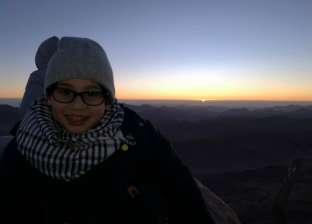 بالفيديو  طفل يصعد قمة أعلى جبل في مصر