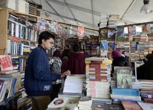 """شباب وفتيات يشاركون في حملة """"خليك زي آدم"""" بمعرض الكتاب"""