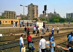رفع آثار حادث تصادم قطار بـ«توك توك» في قنا