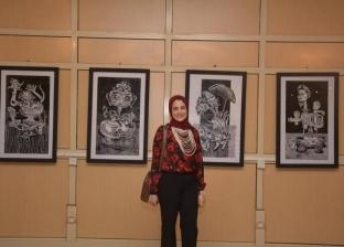 بالصور| عميد كلية الفنون بالمنصورة يفتتح معرض فني لطالبة
