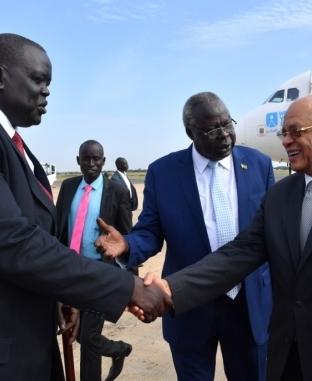 عبدالعال يصل جوبا لبحث العلاقات الثنائية