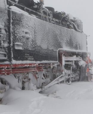 جنود ألمان يحاولون تحرير قطارا عالق بين الثلوج