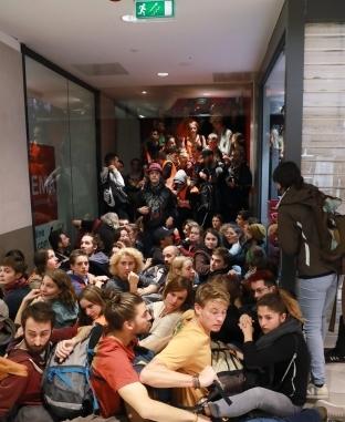 مظاهرة لحركة الناشطين البيئيين في مركز تسوق في باريس