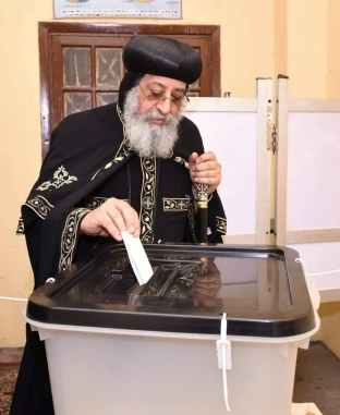 """""""يحيا الهلال مع الصليب"""".. رجال الأزهر والكنيسة أمام لجان الاستفتاء"""