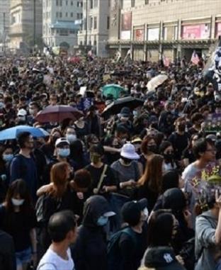 مظاهرات بشوارع هونج كونج تطالب الحكومة بتقديم تنازلات بعد فوز المرشحين المؤيدين للديمقراطية