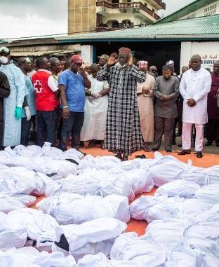 """صلاة الجنازة على ضحايا حادث اندلاع حريق بإحدى مدارس العاصمة الليبيرية """"مونروفيا"""""""