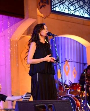 تانيا صالح اللبنانية تتألق لأول مرة على المسرح المكشوف في حفل كامل العدد